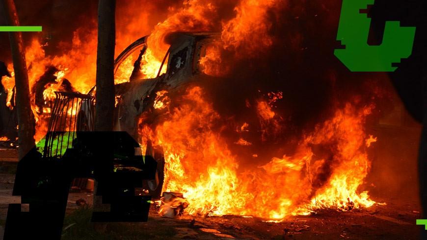 samochód płonący na ulicy