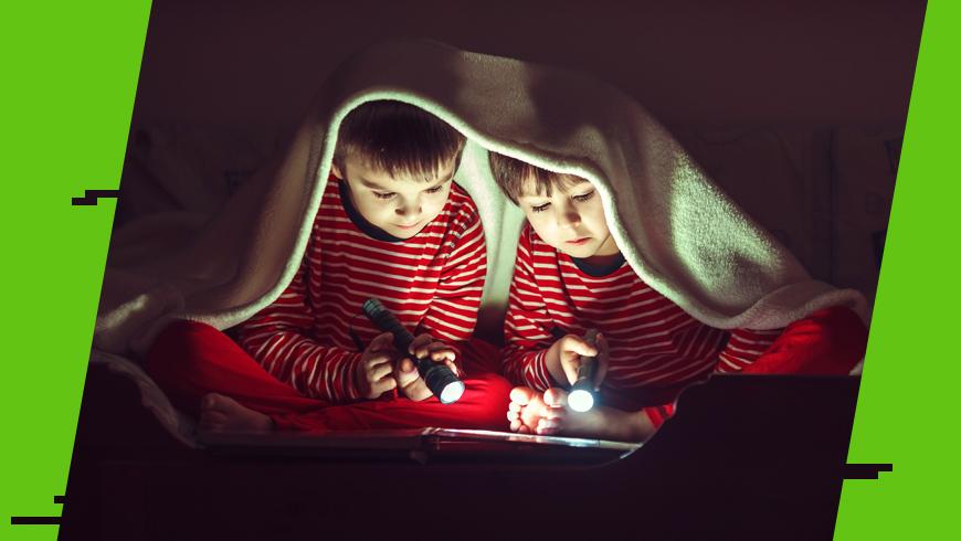 czytanie przy świetle latarki