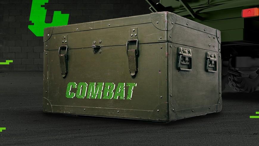 skrzynia militarna z zaopatrzeniem, na niej logotyp combat zielonymi literami