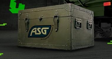skrzynia z zaopatrzeniem, na niej napis ASG