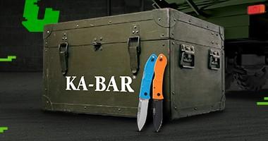 skrzynia z zaopatrzeniem, na niej napis Ka-Bar, przed nią dwa noże